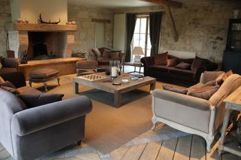 Le salon avec sa très belle cheminée