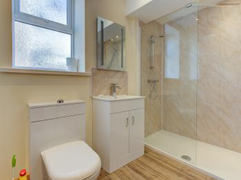 Shower and toilet of the ground floor apartment 6