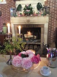 La table d'Hôtes devant la cheminée