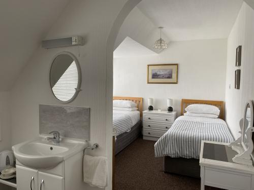 Twin room-Comfort-Ensuite with Shower - Base Rate