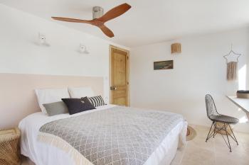 Chambre avec lit double 160 et ventilateur