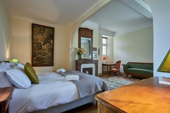 """Suite """"Vendôme"""" (2 pers.), composée d'une grande chambre de 40 m2 et de sa salle de bain attenante, très lumineuse avec triple exposition sur parc et champs environnants"""