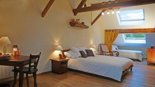 Chambre 1 lit double + 2 lits simples