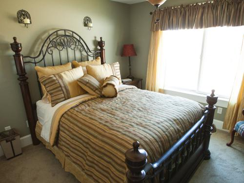 Heather Marie Suite second floor Bay view with full bath. Two night minimum required.