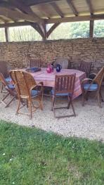 Table de jardin sous le auvent