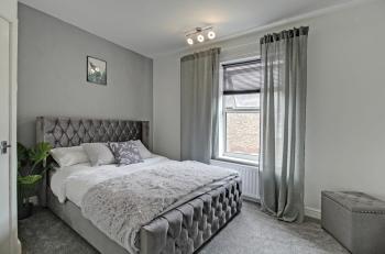 Spring Halls – Carlton & Co Apartments *Free Parking 2 -