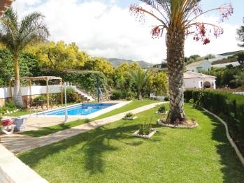 vista de la piscina y jardín
