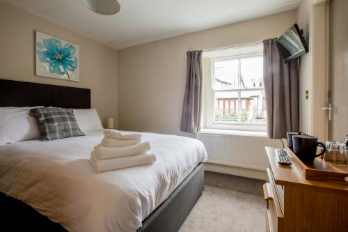 Double room-Basic-Ensuite with Shower-Street View-Small Double Room - Base Rate