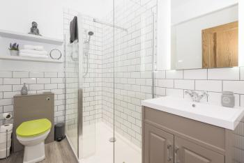 Large walk in shower and amenities in 2 Wee-Kalf