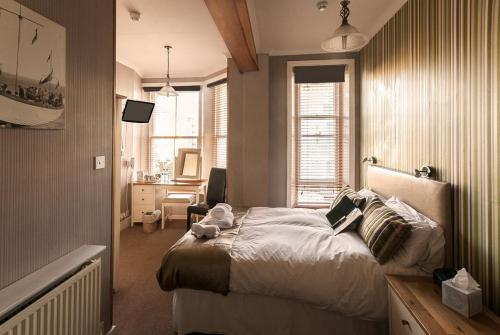 Double/Twin + Sofa-King-Triple room-Ensuite - Base Rate - Room Only