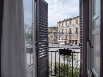 Vista camera Grecale su Piazza Marina