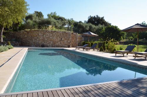 Vaste piscine, chauffée, entourée de magnifiques jardins