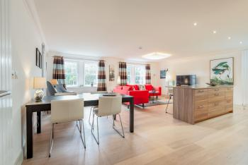 Kinness House | Central Luxury Apartment | Free Parking -