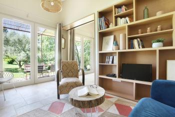 Salon avec TV HD et vue sur le jardin