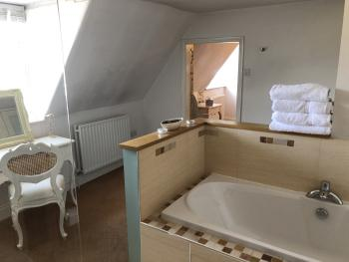 Room 8/Suite