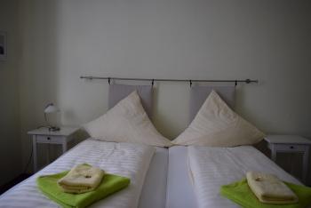Doppelbett oder zwei Einzelbetten-Eigenes Badezimmer-Strassenblick - Standardpreis