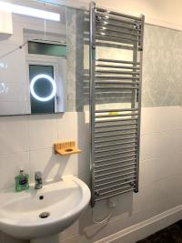 Deluxe Super King Family bathroom with a shower over the bath