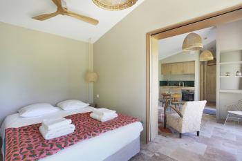 Chambre avec lit double en 160 cm et ventilateur au plafond