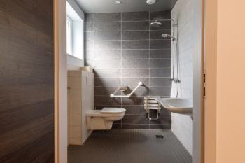 la salle de douche PMR