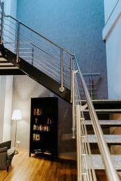 Treppenaufgang mit Bibliothek