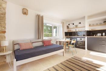 Salon avec canapé qui se transforme en lit simple en 90 cm