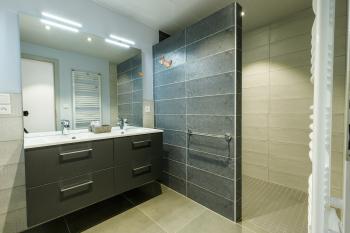 la salle de douche de la suite