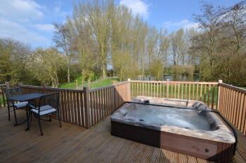 Kingfisher Luxury 1 Bedroom Lodge with Private Hot Tub & Sauna