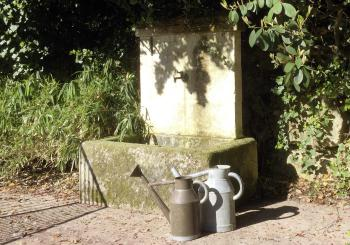La fontaine, près de l'entrée