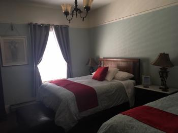 2 Queen beds - occupancy 1- 3  ivy room.