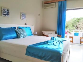 Doppelzimmer mit Meer- und Gartenblick