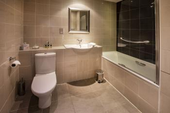 Deluxe en suite bathroom