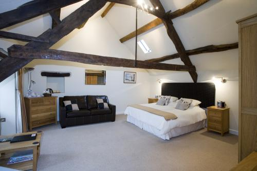 Double or Twin-Executive-Ensuite with Bath-Street View-Harlech bath & shower, - Base Rate