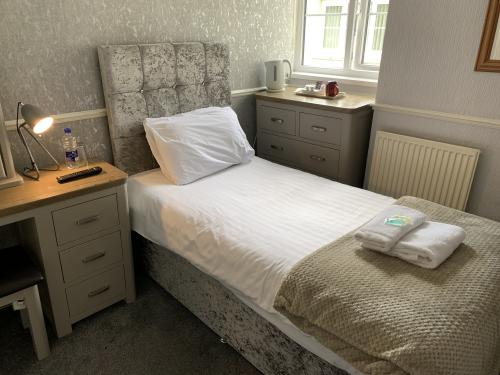 Classic-Single room-Ensuite with Shower-Room 4 - Base Rate