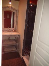 Salle de bain avec vasque, wc et douche chasse à courre