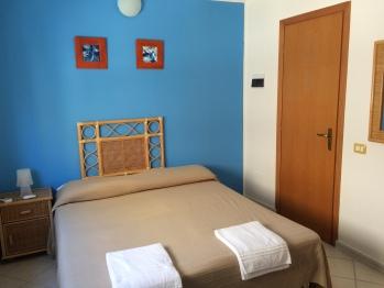Stanza 5-Matrimoniale-Standard-Bagno in camera con doccia-Vista mare parziale - Tariffa OTA