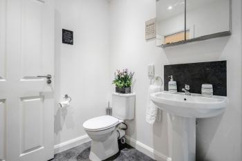 QF1 - Clean sanitised washroom