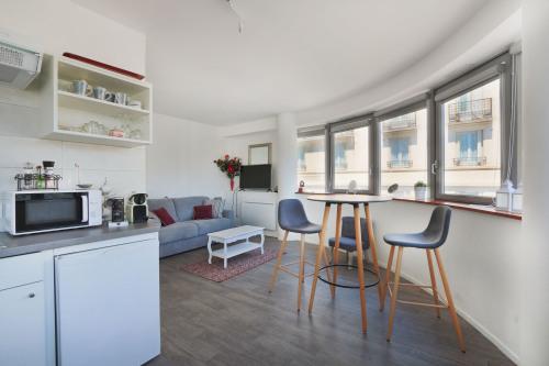 cuisine, salon/chambre/TV, et salle à manger/bureau