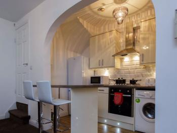 Shaftesbury Apartments - Kitchen in 2 bedroom apartment