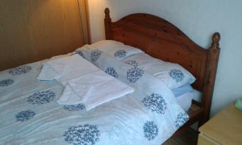 Arthur House - Double bed with a bath and hand towel per Guest