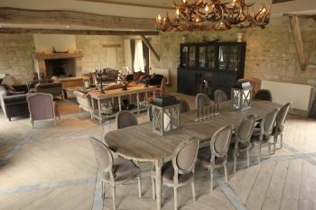 La salle à manger et le salon derrière