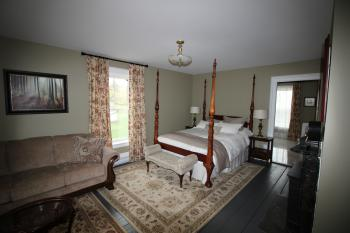 Maplehurst Manor Bed and Breakfast - Inviting Four Poster Bed