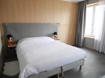 Chambre lit double et coin bureau