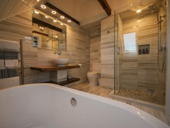 Auberge Thon Jaune – King Bathroom