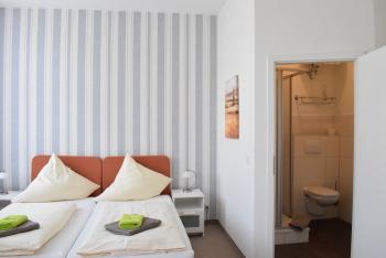 Doppelbett oder zwei Einzelbetten-Standard-Eigenes Badezimmer-Strassenblick - Standardpreis