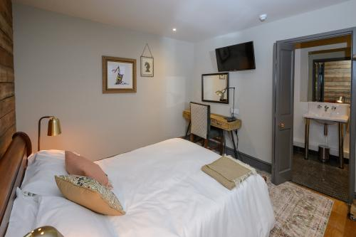 Double room-Standard-Ensuite with Bath-Countryside view-Knights - Base Rate