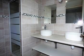 Salle d'eau avec 2 vasques