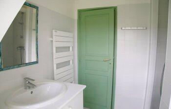 Salle de bains verte au 1er étage