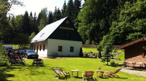 Traditionell-Ferienhaus-Bikehütte Rehnhäusl-Eigenes Badezimmer-Blick auf den Wald