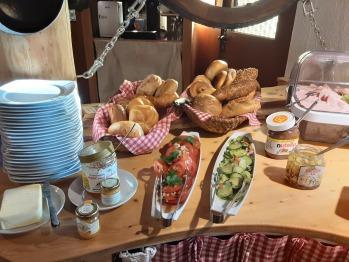 Frühstücksbuffet mit hausgemachter Marmelade,  Müsli, Milch, Wurst und Käse, Semmel u.v.m.
