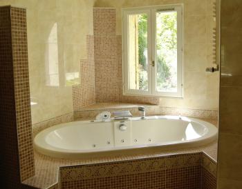 La salle de bains de la chambre 2, avec baignoire balnéo